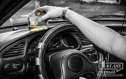 В Кривом Роге водитель иномарки пил алкоголь за рулем на глазах у полицейских