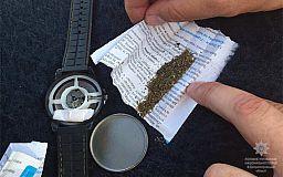 Наркотики у годиннику. У Кривому Розі затримали правопорушників