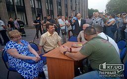 Под аплодисменты криворожан ТИК заседает на «минном поле» в экстренном режиме