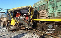 Тепловоз и грузовик столкнулись на железнодорожном переезде АрселорМиттал Кривой Рог