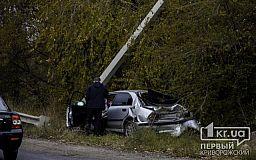 Грузовой Мercedes снес легковушку в столб на объездной дороге в Кривом Роге