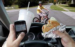 За рулем не болтать: Полиция предупреждает об опасности мобильных во время движения