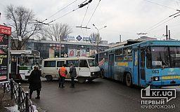 ДТП на кольце 95-квартала: троллейбус «протаранил» микроавтобус