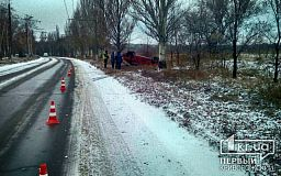 В Кривом Роге на скользкой дороге перевернулась машина