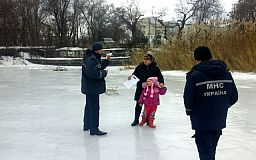 Криворожане продолжают выходить на лед несмотря на трагические случаи