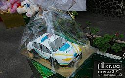 Криворожские дети подарили полицейским торт