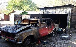 Пожар тушили два часа. В Кривом Роге вместе с гаражом сгорел автомобиль