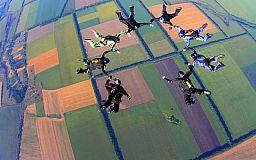 Экстремальное возвращение в мирную жизнь: криворожские бойцы АТО прыгнули с парашютом