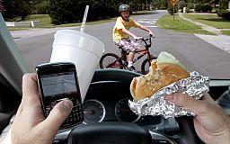 Осторожней с разговорами: В полиции предупреждают, что эмоциональная телефонная беседа за рулем может привести к ДТП