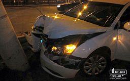 В результате ночного ДТП Кривой Рог остался без троллейбусов: Водитель иномарки врезался в столб и скрылся с места происшествия