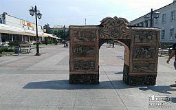 «Почувствуй Кривой Рог на ощупь»: Стало известно имя автора экспозиции скульптуры в Центрально-Городском районе
