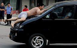 Пьяный «каскадер»: В Кривом Роге мужчина прыгал по капотам автомобилей