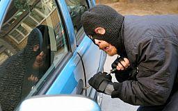 В маске и перчатках: в Кривом Роге задержали автомобильного вора