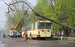 В Кривом Роге упала электроопора троллейбусной сети