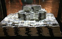 Украинцы массово переводят свои «заначки» в доллары