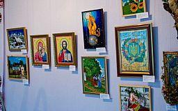 «От ученика к мастеру». В Кривом Роге открылась выставка-отчет городских художественных коллективов