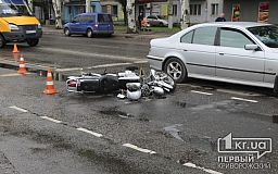 В Кривом Роге девушка на мотоцикле въехала в BMW