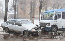 Последствия непогоды в Кривом Роге: Водитель ВАЗа влетел в бус