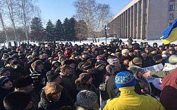 Несмотря на сильный мороз, сотни криворожан собрались на Вече у памятника казаку Рогу