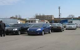 """В Днепропетровске женщина """"протаранила"""" 8 автомобилей на автостоянке"""
