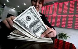 Украинцы начали стихийно отдавать свои деньги банкам