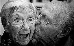Долгожителям Кабмин повышает пенсии