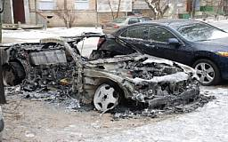 В Кривом Роге сгорел «Mersedes», повредив два рядом стоящих автомобиля