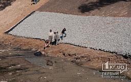В Кривом Роге продолжается очистка русла реки Старая Саксагань