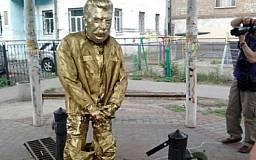В Днепропетровске активисты установят памятник писающему Сталину