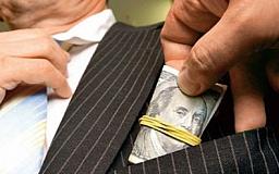В Кривом Роге работник налоговой требовал почти 3000 долларов взятки
