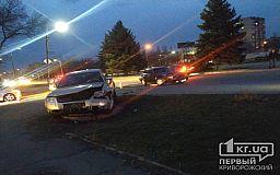 Автомобиль вылетел на обочину в результате ДТП напротив станции скоростного трамвая в Кривом Роге