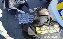 Почти 1000 доз: криворожские полисмены задержали мужчину, который хотел продать крупную партию наркотиков