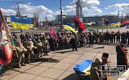 Онлайн: в Кривом Роге на площади отмечают День добровольца
