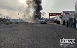 В Кривом Роге возле ТРЦ загорелся туалет, огонь перебросился на машину