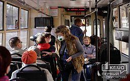 Криворожские пенсионеры продолжают ездить в коммунальном транспорте во время карантина
