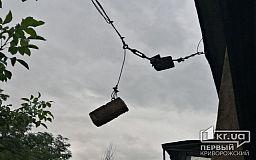 Ждут жертв: два дня над подъездом дома в Кривом Роге висят кирпичи на кабельном проводе
