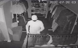 Злоумышленники украли из магазина 14 норковых шуб (видео)