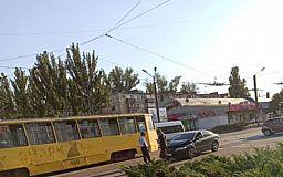 В Кривом Роге легковушка врезалась в трамвай