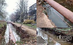 Несколько месяцев возле детсада в Кривом Роге в траншее для труб стоит вода