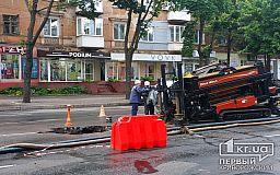 В Кривом Роге на 96 квартале коммунальщики посреди дороги выполняют ремонт