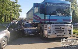 ДТП в Кривом Роге: столкнулись грузовик и два легковых автомобиля