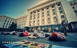 Лежачий протест устроили матери и жены военнопленных бойцов «Кривбасса» под ОП