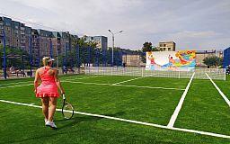 Вместо недостроя и свалки на Восточном обустроили теннисный корт