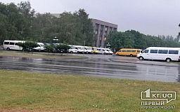 Криворожские маршрутчики под исполкомом требуют от чиновников объяснений