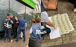 Криворожские правоохранители задержали полицейского во время получения 5 тысяч долларов взятки