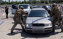 На парковке ТРЦ в Кривом Роге задержали вымогателей, терроризировавших горожанина