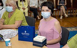 Криворожскую инфекционистку наградили памятными часами за лечение пациентов с коронавирусом