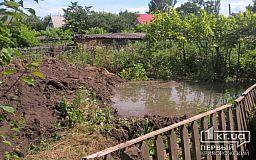 В огороде криворожанки 15 лет подряд прорывает труба, которая несколько лет принадлежит водоканалу