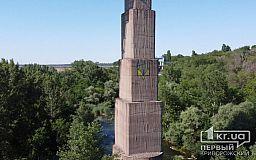 Экстремалы в Кривом Роге раскрасили герб Украины на опоре железнодорожного моста высотой 52 метра