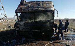 Посреди дороги в Криворожском районе на ходу загорелась фура